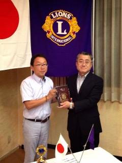 ガバナーズアワードを贈呈されました、昨年度地区役員のL相澤。