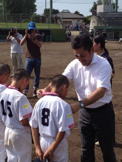 優勝チームにメダルを授与するL久保田