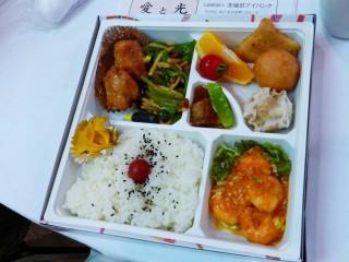 例会終了後、甲子亭さんのお弁当をいただきながら、懇親を深めました。