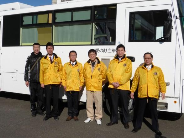 献血車の前で、左から佐藤L、椎名L、市川L、長浦L、荘原L、小松崎L
