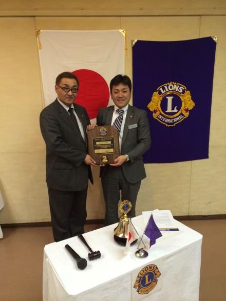 久保田会長にはメルビン・ジョーンズ・フェローの盾とラベルピンが送られました