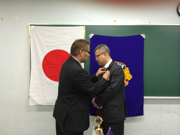 会員拡大へ貢献した山川Lには、記念バッジが贈られました